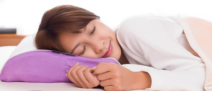 スリープマージピローで眠る女性
