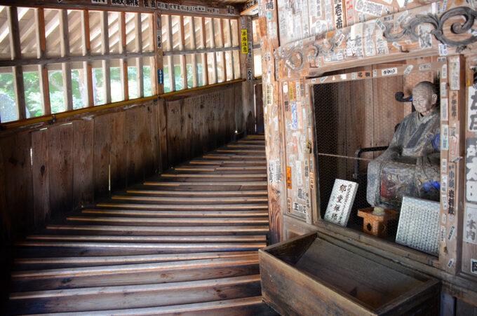 会津さざえ堂の板張りのスロープ